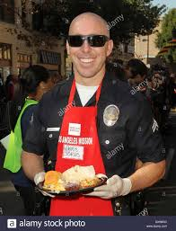 officer chris jarvis at the los angeles mission s thanksgiving