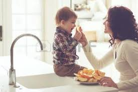 maman baise en cuisine maman banque d images vecteurs et illustrations libres de droits