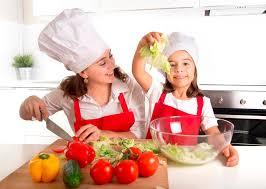 mere et fille cuisine mère et fille à la cuisine de maison préparant la