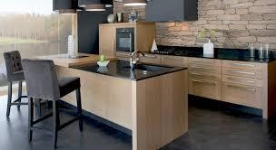 cuisine bois plan de travail noir cuisine chene clair plan travail noir simple voila tout dans
