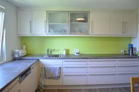 küche cremefarben cremefarbene küche mit grünen akzenten freisinn möbel