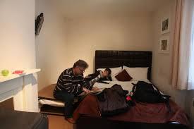 chambre pour une nuit la chambre pour 3 pas de place pour une table de nuit les lits