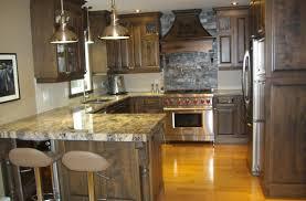 cuisine en merisier teint et verni avec comptoir de granit