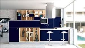cuisine bleu marine bleu marine et meubles en bois pour une cuisine ouverte