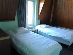 chambre avec normandie chambre à 4 places avec 1 lit superposé dans une alcove photo de