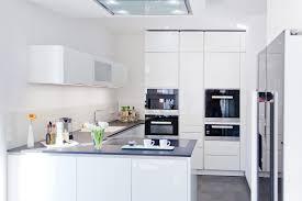 weisse küche hochglanz weiße design küche grifflos mit großer kühl