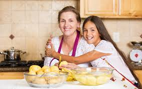 cuisine de groupe portrait de groupe de heureux mère souriante et fille préparant le