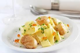 cuisiner des coquilles jacques fraiches recette tagliatelles fraîches au basilic aux noix de coquilles