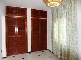 chambre avec placard placard en bois avec placard envoûtant placard de chambre en bois