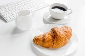 dejeuner bureau petit déjeuner d affaires dans le bureau avec le clavier le café