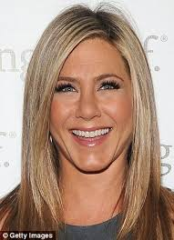 haircuts to hide forehead wrinkles jennifer aniston s forehead lines magically disappear with the aid