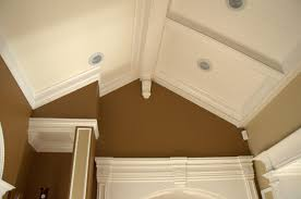 crown molding vaulted ceiling with recessed lighting fixtures and