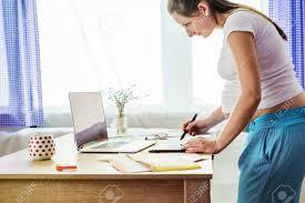 femme nue au bureau une femme enceinte en bureau à domicile avec tablette numérique et