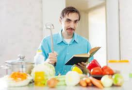 livre cuisine homme portrait de casserole et de livre de cuisine de poche de l homme
