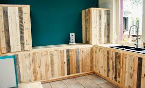 construire sa cuisine en bois fabriquer des meubles de cuisine avec des palettes en bois