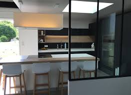 en cuisine avec une cuisine design fenix noir avec verrière