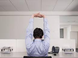 sexe au bureau employé de bureau de sexe masculin s étirant au bureau photo stock