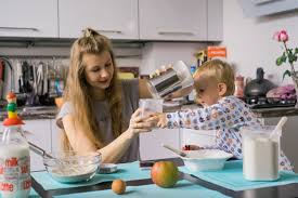 cuisine avec enfant garçon enfant avec maman cuisine dans la tourte de cuisine