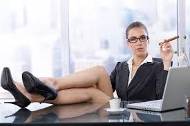 femme d affaires chaude avec des pieds sur le bureau photo stock