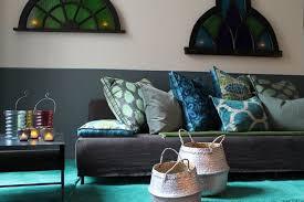 canap bleu gris une ambiance ottomane est créée avec un canapé simple recouvert d un