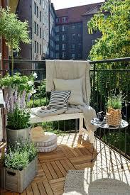 kleine balkone kleiner balkon runder tisch holzfliesen pflanzen ju2pia