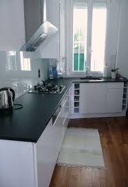 cuisine blanche avec plan de travail noir impressionnant cuisine blanche avec plan de travail noir galerie