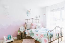 dans la chambre dessin montagne stylisé en couleur pour décorer les murs de la chambre