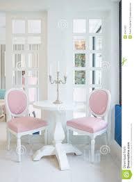 Wohnzimmer Rosa Weiße Tabelle Und Rosa Stuhl Mit Kerze Auf Tabelle Im Wohnzimmer