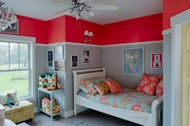 wandgestaltung rot kinderzimmer wandfarbe rot hellgrau bordure mädchen zimmer