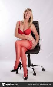 sous le bureau de la secretaire secrétaire en sous vêtements rouges sur une chaise de bureau