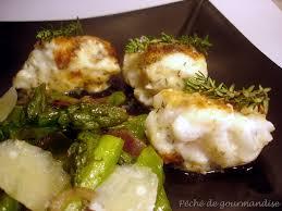cuisiner la lotte à la poele lotte en panure de parmesan asperges vertes et pois gourmands
