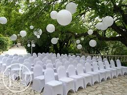 lanterne chinoise mariage location lanternes boules chinoises blanches à suspendre joli jour