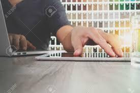 architecte d int ieur bureaux architecte d intérieur travaillant avec tablette numérique et
