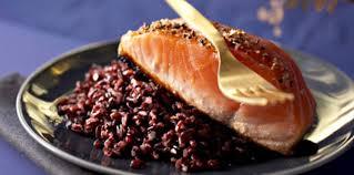 comment cuisiner un pavé de saumon pavés de saumon mi cuit au riz sauvage facile recette sur