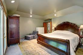 moquette chambre à coucher intérieur de chambre à coucher avec le lit grand et la moquette en