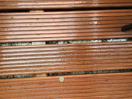 holzdielen balkon wie groß darf der abstand zwischen holzbrettern holzdielen auf