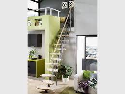 escalier entre cuisine et salon petits espaces un escalier gain de place pour mon intérieur
