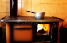 fourneaux de cuisine vieux fourneau à bois dans la cuisine de la maison antique image