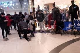 mall black friday deals shoppers descend on malls for black friday deals across the gta