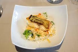 cuisiner le bar de ligne bar de ligne poëlé riz et petits légumes superbe cuisson du