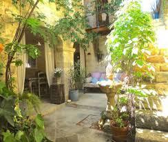 luberon chambre d hote un patio en luberon maison et table d hôtes de à ansouis