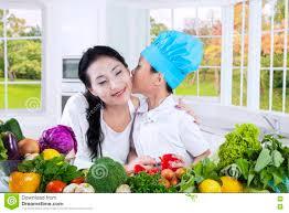 baisee dans sa cuisine baiser de petit garçon sa mère dans la cuisine image stock image