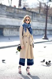 le fashion street style blue bandana color block jeans in paris