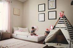 chambre bébé montessori idée déco chambre enfant mur couleur bleue deco murale lit bébé