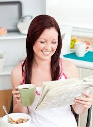 Le Journal De La Femme Cuisine Cuisine Femme Femme Brillante Manger Des Céréales Tout En Lisant Le Journal Dans