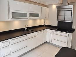 modele de plan de travail cuisine modèle cuisine noir plan de travail