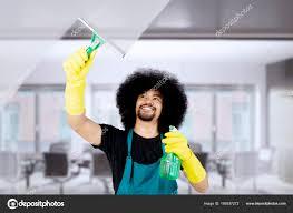 femme de m駭age bureau femme de ménage africaine nettoyage un miroir au bureau