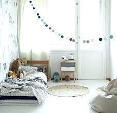 chambre bébé montessori lit sol bebe parquet chambre fille amenagement chambre enfant lit