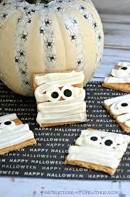 easy halloween treat mummy graham crackers