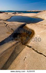 kanada fläche verwitterte felsen und flache pools entlang der küste der kleinen